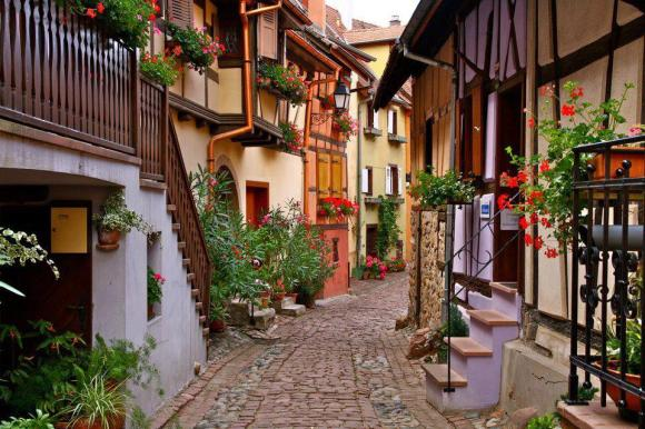 Cobblestone street, Alsace France, sun-surfer.com